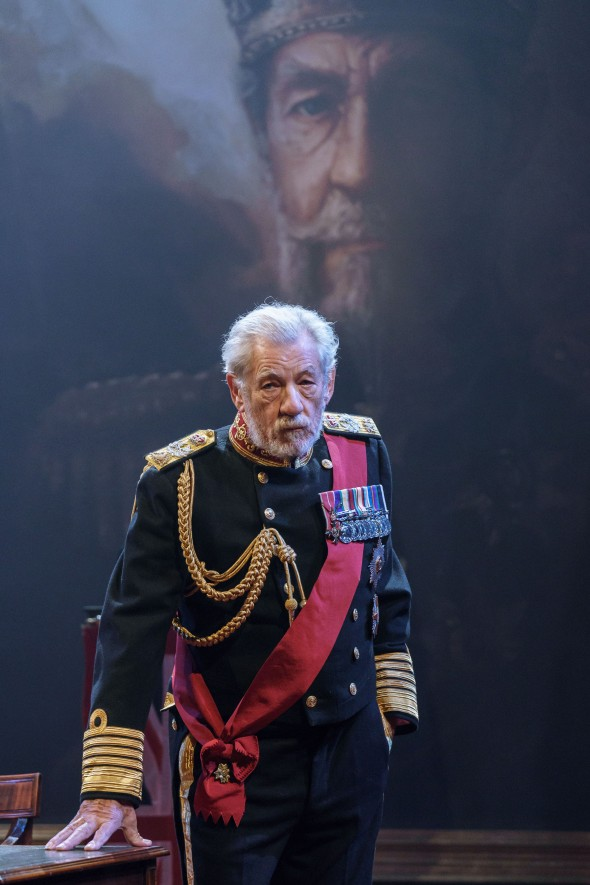 3-Ian-McKellen-in-the-title-role-of-KING-LEAR-at-Chichester-Festival-Theatre.-Photo-Manuel-Harlan